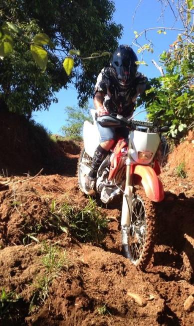 Além do surf, o ator encarou também aproveitou para praticar o motocross Divulgação