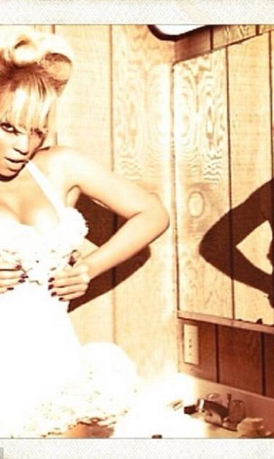 A cantora, de 32 anos, postou um sequência de fotos bem provocante em seu Instagram © Beyonce Instagram