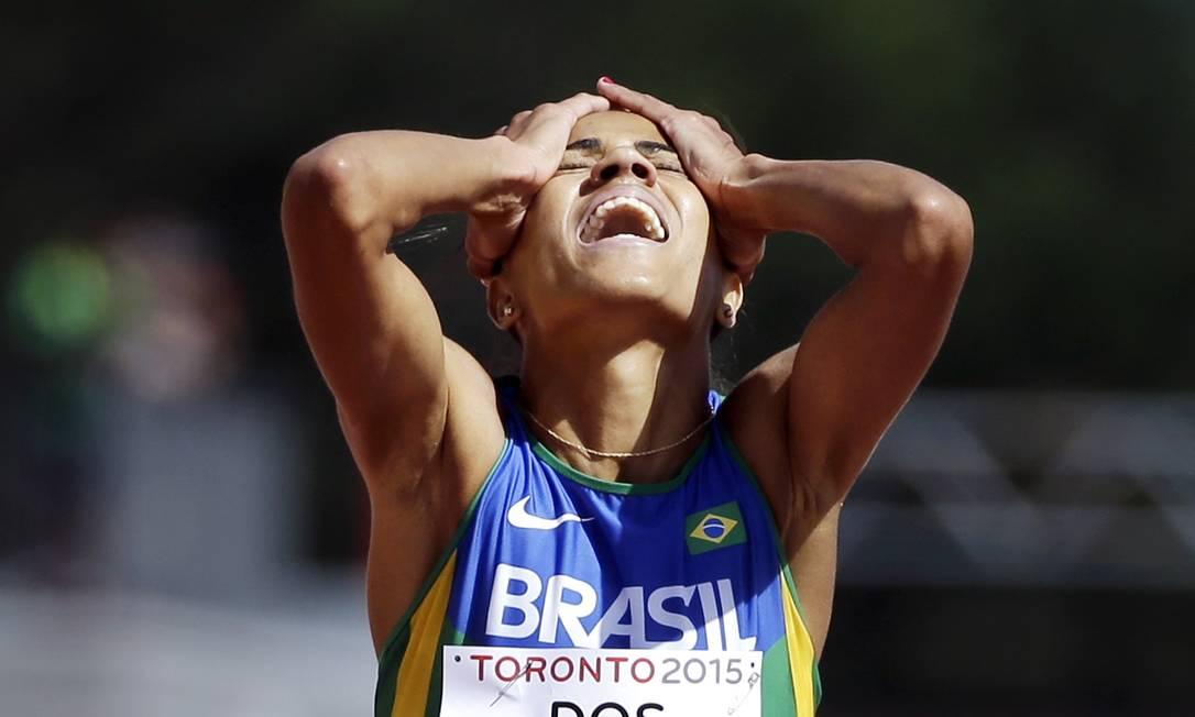 Juliana dos Santos comemora a vitória e a conquista da medalha de ouro, na prova de 5.000m Mark Humphrey / AP