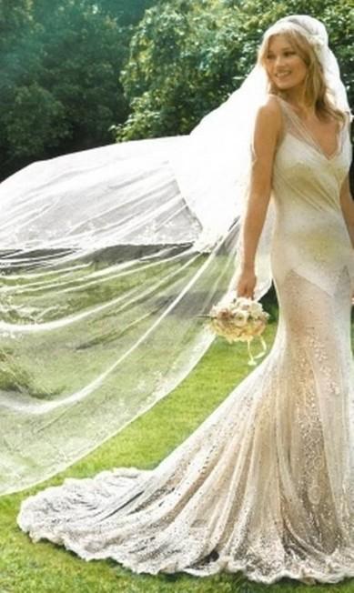 """Helena Bordon, empresária da grife 284, prefere um clique da intimidade da top: """"Amo essa foto dela no casamento. Impressionante a energia, felicidade, beleza, tudo! O vestido é simplesmente a cara dela, sem muita frescura,lindo e sexy. Desde sempre fico horas procurando fotos da Kate Moss na internet. Curto muito o estilo tipo """"acordei, coloquei qualquer coisa e sai de casa"""". Ela sabe usar como ninguém uma calça jeans, regata branca e bota. Kate consegue se transformar de uma menina """"não tô nem aí"""" em """"femme fatale"""" em um minuto"""" Reprodução"""