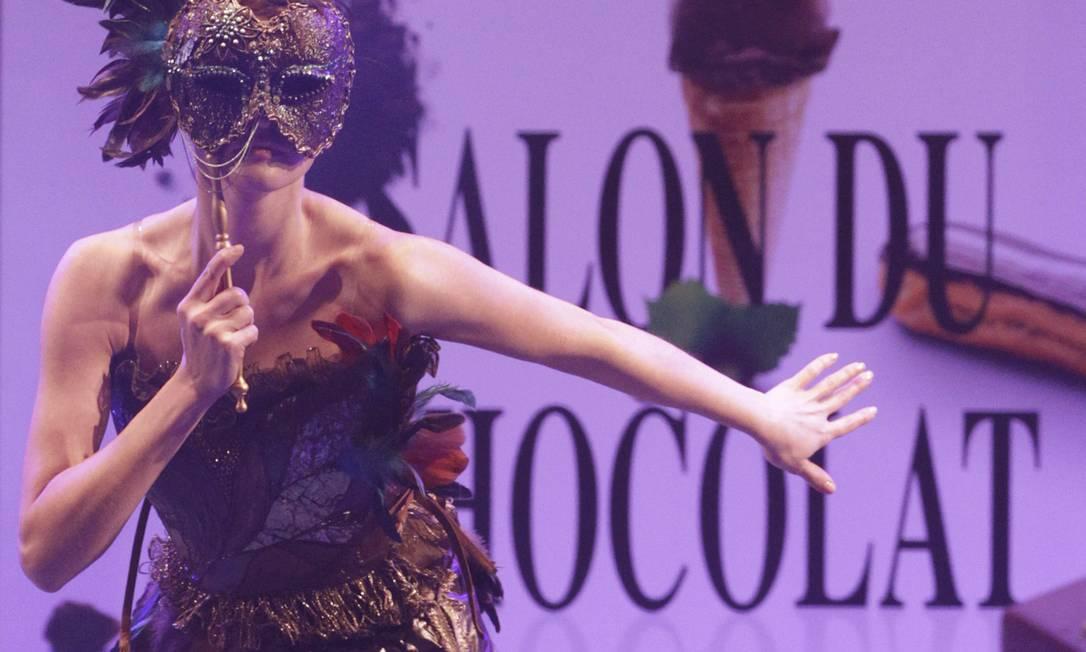 Pode até dar vontade. Mas os vestidos de chocolate não são para comer... Ahn Young-joon / AP