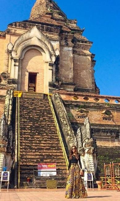 Izabel em frente a um templo da cidade de Chiang Mai Instagram Izabel Goulart