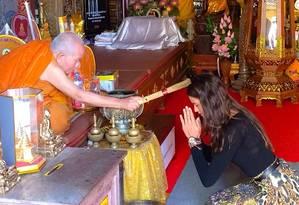 A top é abençoada na Tailândia Foto: Instagram Izabel Goulart