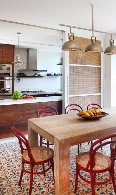 A cozinha aberta para a sala de jantar Leonardo Costa / Divulgação