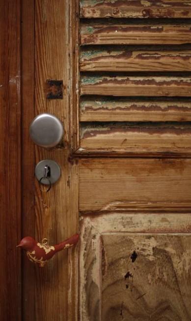 No quarto do casal, porta de madeira de demolição que veio do Vale do Paraíba Paula Giolito / Agência O Globo