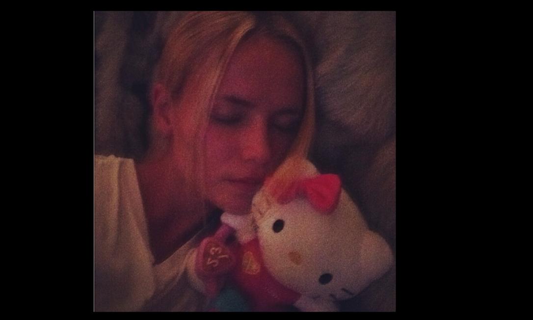 Que fofo! Natasha Poly dorme com uma Hello Kitty de pelúcia Reprodução