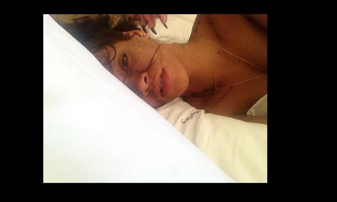 Como qualquer mortal, Rihanna também tem seus dias em que não quer sair da cama. Reprodução