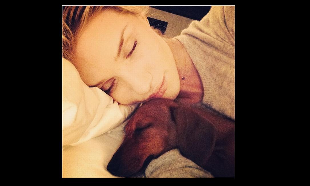 O cansaço é tanto que nem a top Rosie Huntington-Whiteley, nem seu cachorrinho basset conseguem abrir os olhos. Ou seria só charme para o clique? Reprodução
