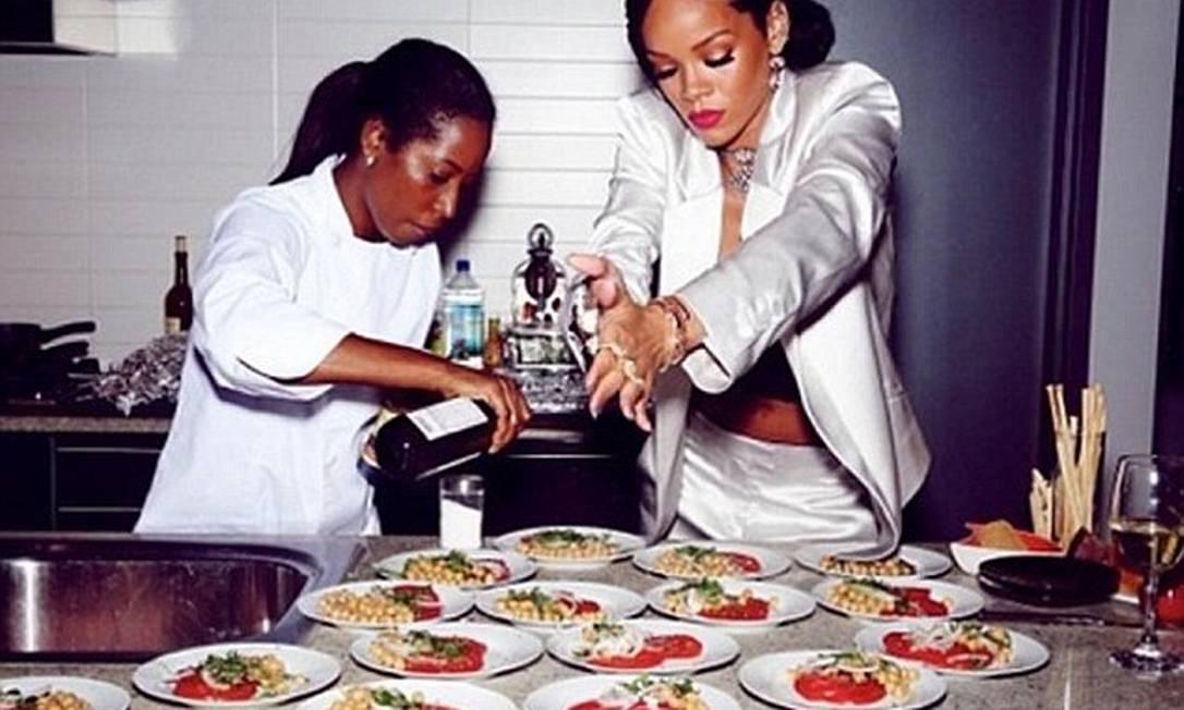Rihanna revela seus dotes culinários na cozinha de sua mansão de 14 milhões de dólares (R$ 33 milhões), récem adquirida © Rihanna Instagram