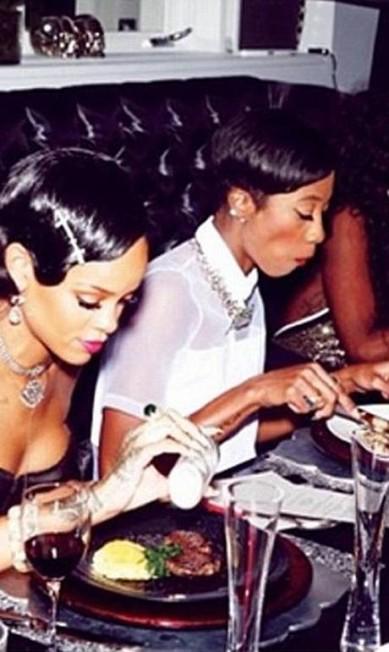 Aqui, ela aparece provando os quititutes que preparou para o jantar na véspera do Ano Novo que reuniu cerca de 20 de seus amigos © Rihanna Instagram