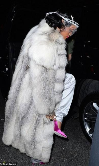 Depois do jantar, o grupo foi festejar no 40/40, boate de propriedade de Jay -Z, localizado perto de Madison Square Park, em Manhattan. Rihanna escolheu para enfrentar o frio de Nova York, um longo casaco de pele © Rihanna Instagram
