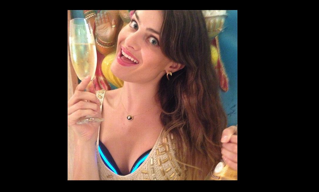 De dourado e com parte da lingerie à mostra, Isabelli Fontana brinda o ano novo com a família no Brasil Reprodução