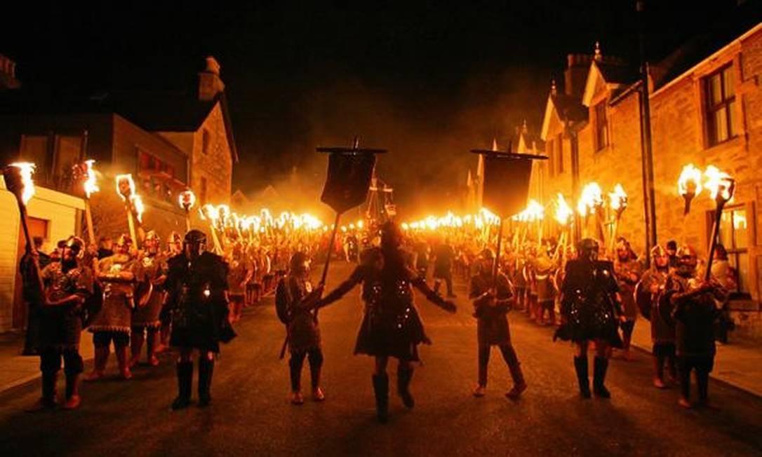8) Na Escócia, há um desfile viking. As pessoas passam pelas ruas carregando bolas de fogo Foto: AFP / AFP