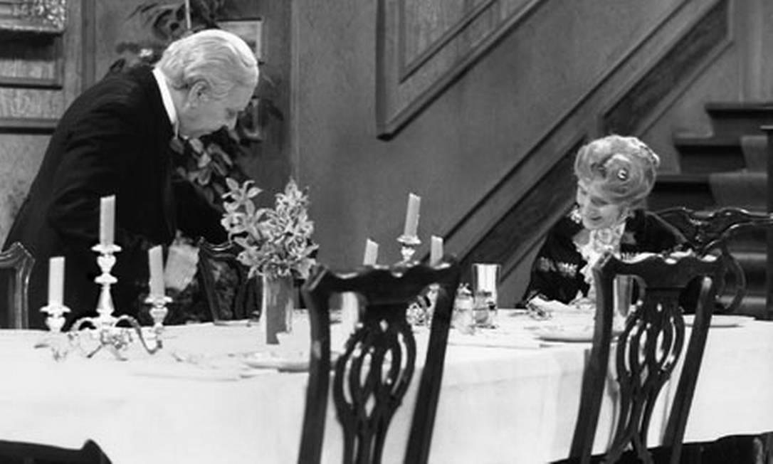 """9) Na Alemanha, a tradição é assistir a uma velha comédia britânica de TV sobre um jantar solitário: o """"Dinner for One"""" é um filme de 1963, sempre repetido na véspera de Ano Novo e exibido até mesmo por bares Reprodução"""