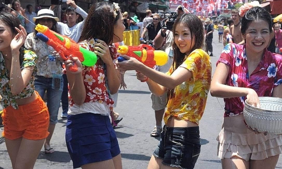 10) Na Tailândia, é feita uma grande luta na água, de três dias, com balões de água e baldes. O ritual é chamado pelos tailandeses de Songkran Foto: Pornchai Kittiwongsakul/AFP