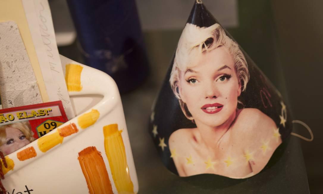 Enfeites e fotos de Marilyn Monroe decoram a casa, no Leme. Atriz é a grande ídola de Rogéria Simone Marinho / Agência O Globo