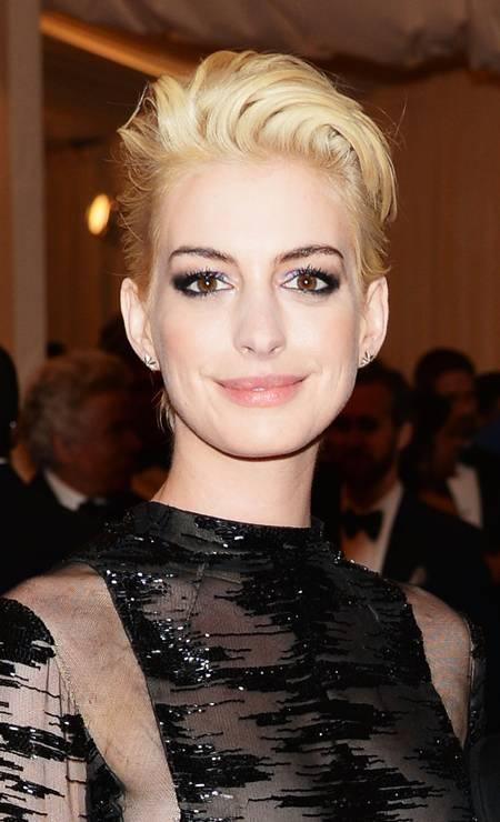 O tema do baile anual do Metropolitan Museum of Art, em maio, era punk e Anne Hathaway resolveu, então, radicalizar com o look platinado Foto: Dimitrios Kambouris / AFP