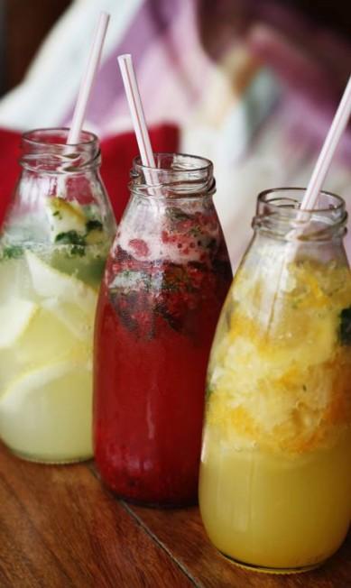 DRINQUES: Os potes escolhidos pela chef Nanda de Lamare, do Gula Gula, são garrafinhas de suco de uva. Para deixá-las coloridas, a sugestão é recheá-las com drinques de frutas diferentes. Veja as três sugestões: limão siciliano com hortelã e soda; framboesa, maracujá, hortelã e água com gás; e tangerina com abacaxi, hortelã e soda. É só macerar num pilão, adoçar e servir com gelo e canudinho Camilla Maia / Agência O Globo