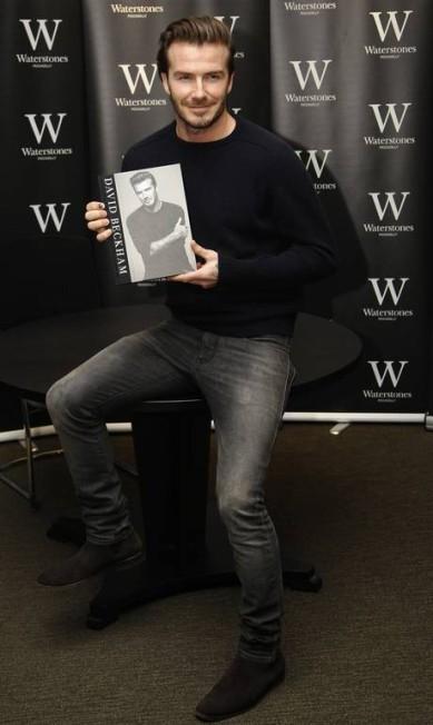 """David Beckham se aposentou do futebol, mas continua em plena atividade na moda e agora na literatura. O ex-jogador inglês lançou nesta quinta-feira em Londres sua autobiografia, intitulada apenas como """"'David Beckham"""" LUKE MACGREGOR / REUTERS"""
