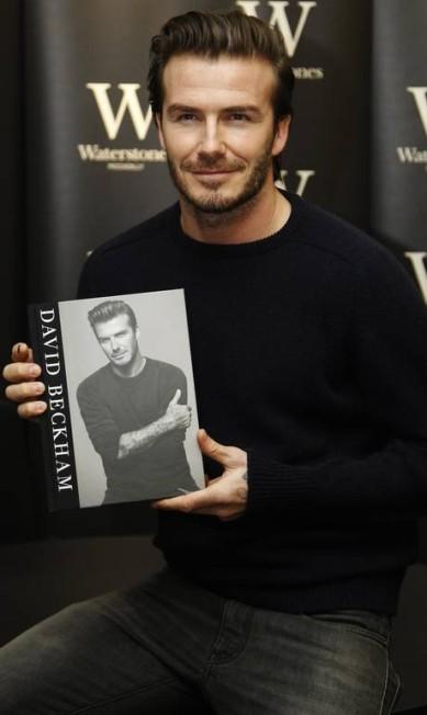 Com jeans e suéter, Beckham arrancou suspiros de quem estava na livraria LUKE MACGREGOR / REUTERS