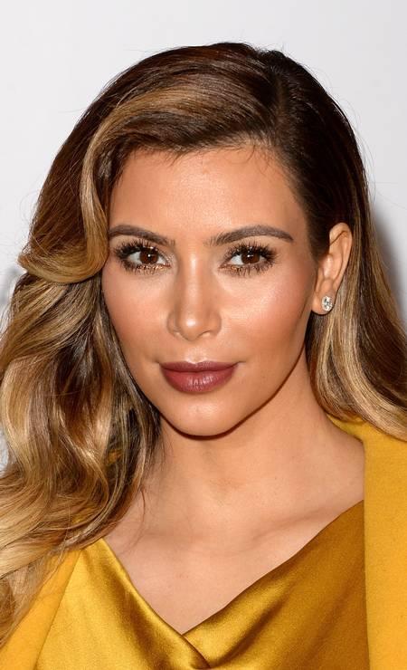 Kim Kardashian, com seus longos fios castanhos tão invejados, aderiu ao louro (não tão radical, diga-se de passagem) depois do nascimento de sua filha, North West, em agosto Foto: Jason Merritt / AFP