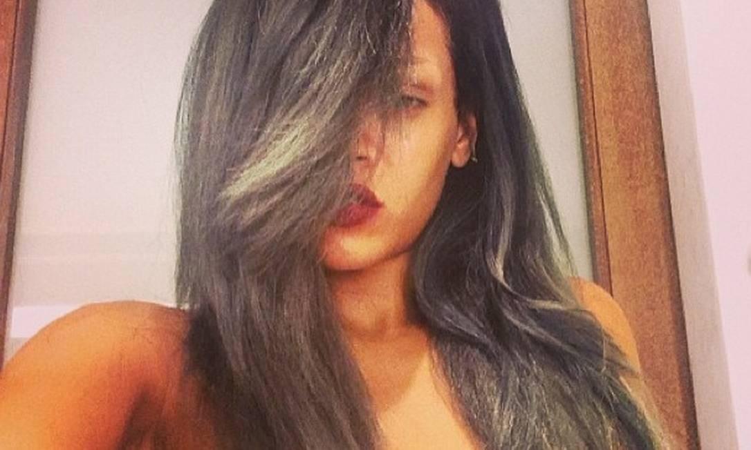 Quanto o assunto é mudança de cabelo, Rihanna é uma pessoa que não pode faltar na lista. Loira, morena, cabelo curto, comprido, liso, cacheado, tudo acontece ali. Até fios cinzas Foto: Instagram