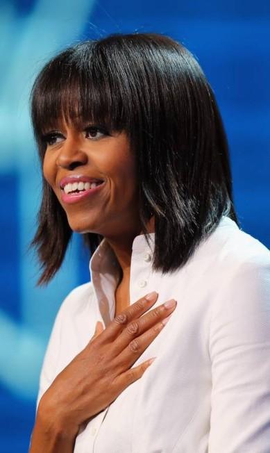 Acostumada a ter seus vestidos no centro das atenções, Michelle Obama viu sua franja se transformar no tema mais comentado nas festas da posse de segundo mandato de seu marido JOE RAEDLE / AFP