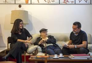 Lia, Sergio e Ivan no escritório do arquiteto Foto: Terceiro / André Nazareth