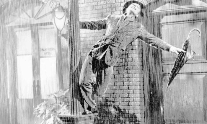 Famosa cena de 'Cantando na chuva' em que Gene Kelly usa terno leiloado Foto: LM Otero / AP