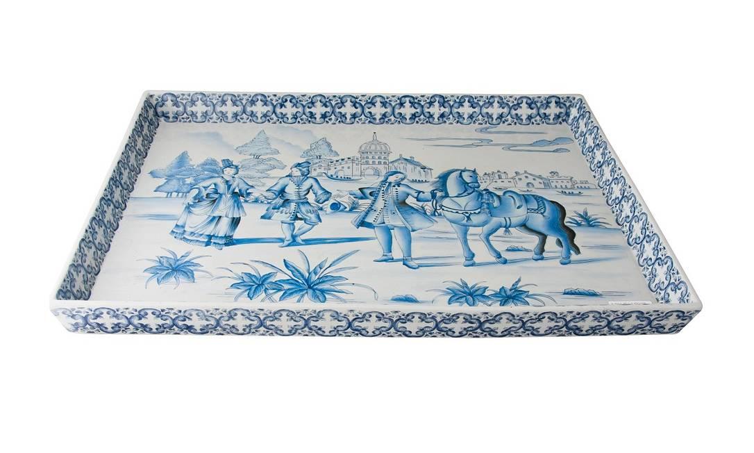 A Rosa Kochen tem porcelanas pintadas à mão, com inspiração na azulejaria portuguesa Terceiro / Divulgação