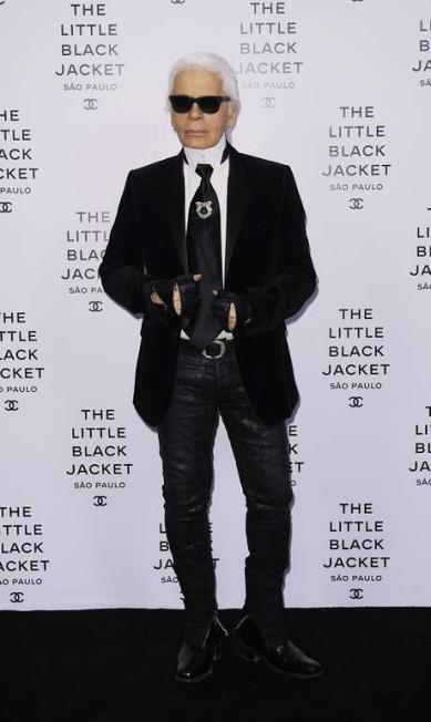 """Lá vem o kaiser: Karl Lagerfeld deu o ar da graça e veio ao Brasil em outubro pela primeira vez, mais precisamente a São Paulo, para o lançamento da exposição """"The Little Black Jacket"""". A mostra trouxe mais de 100 fotos, todas feitas por Lagerfeld, de personalidades usando a icônica jaqueta preta da Chanel Olivier.SAILLANT / Divulgação Olivier Saillant"""