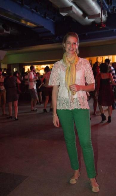 Para o evento, Luana optou por um look descontraído, com calça verde, camisa de renda e cachecol amarelo Leo Martins / Agência O Globo