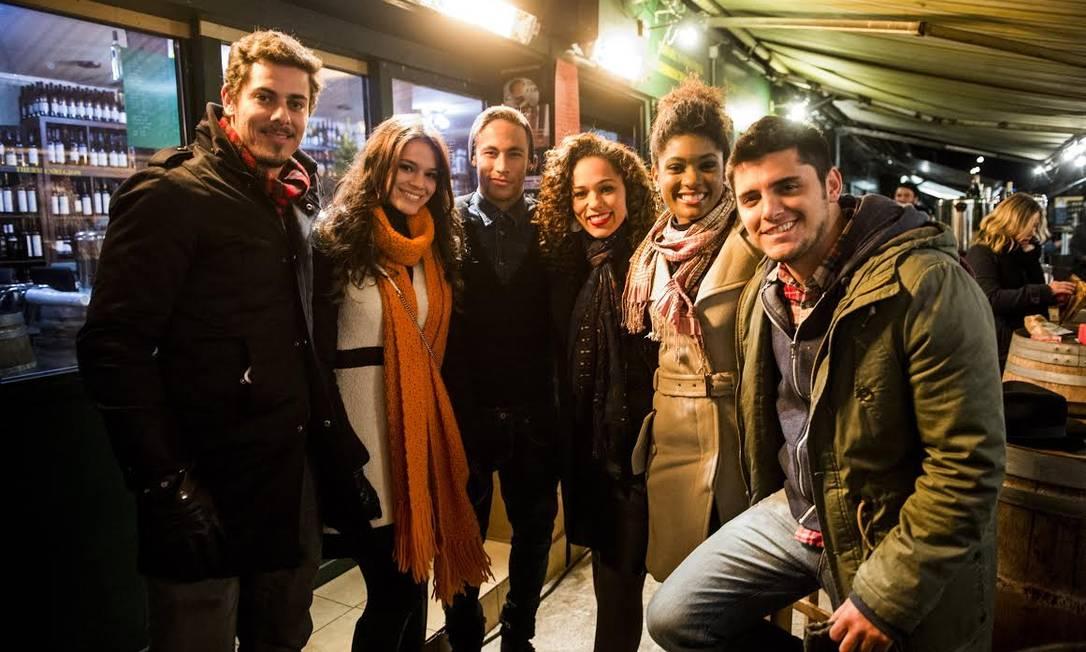 Neymar e Bruna posam entre os atores da novela: frio fez com que a equipe adotasse casacos pesados e cachecóis Divulgação / João Miguel Jr. / TV Globo