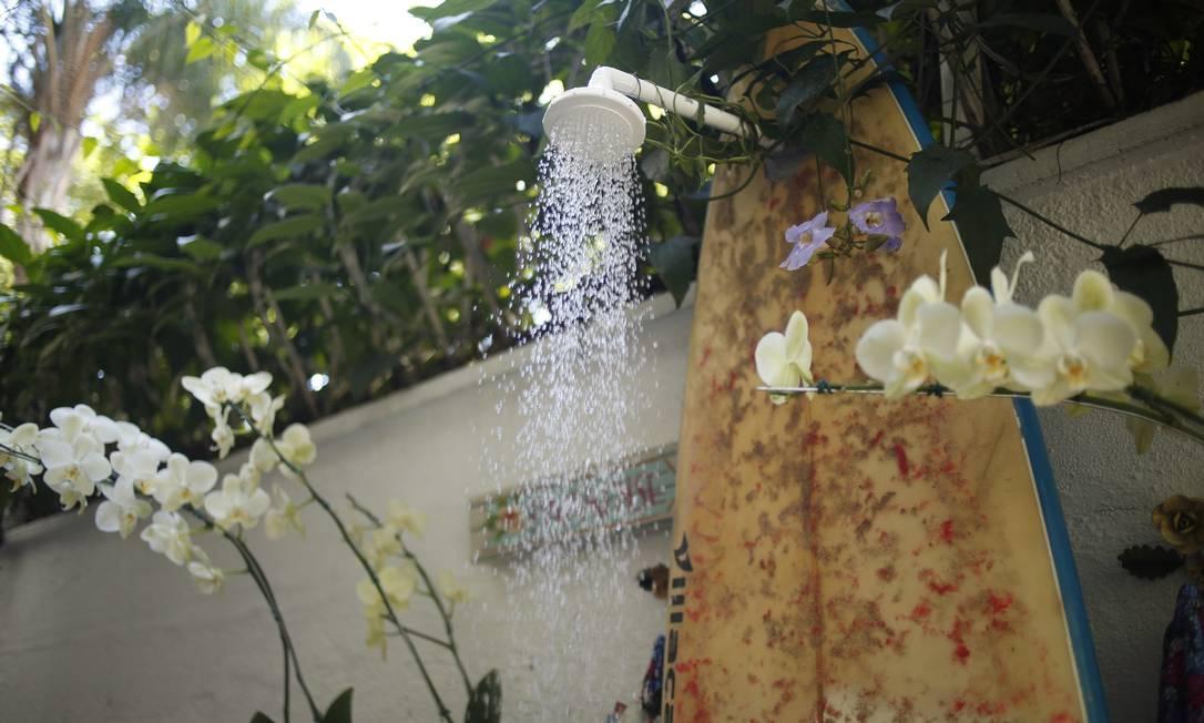 A área do chuveiro do ateliê de Mônica Rose ganhou bossa graças a uma prancha velha Paula Giolito / Agência O Globo