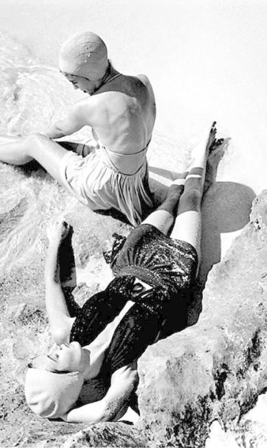 Foto de uma campanha de moda praia dos anos 1950 Genevieve Naylor