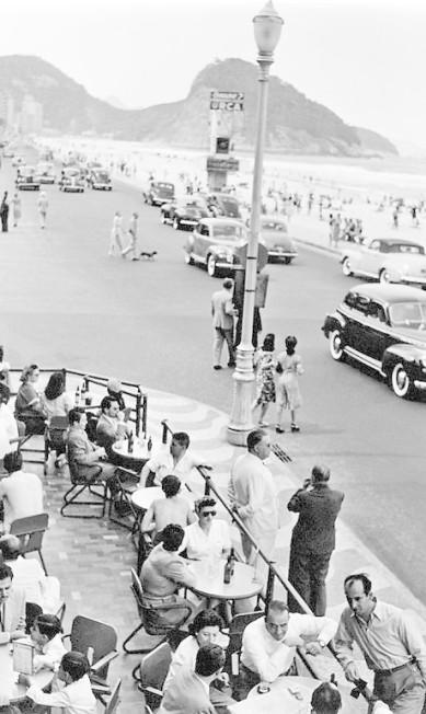 A badalação na Avenida Atlântica, na altura da Praça do Lido: outros tempos Genevieve Naylor