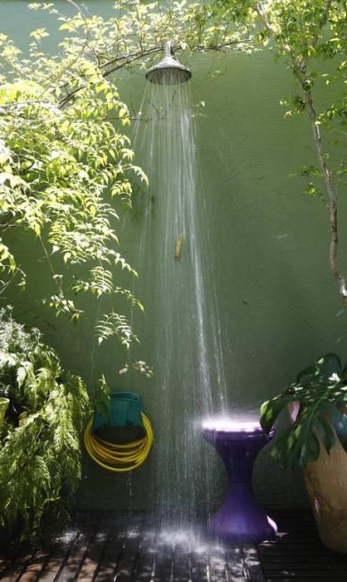 No jardim de Renata Bartolomeu, plantas ajudam a disfarçar o chuveiro Camilla Maia / Agência O Globo