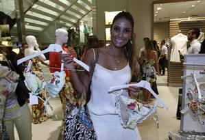Flávia Sampaio confere a pré-venda da coleção Lenny Niemeyer para C&A Foto: Marcos Ramos / Agência O Globo