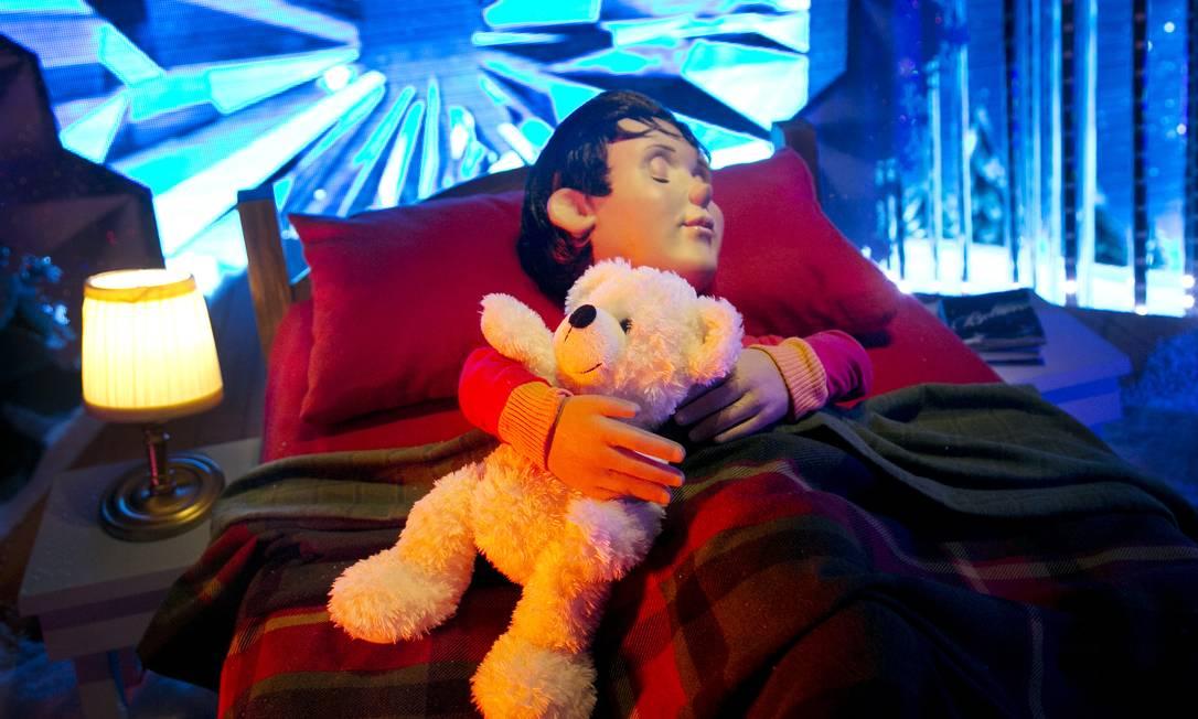 A Macy's explora o sonho infantil de Natal em uma de suas vitrines Mark Lennihan / AP