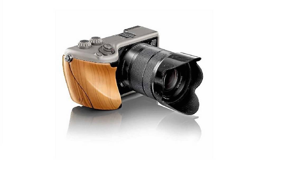 Para comemorar os 50 anos da chegada de sua câmera fotográfica à missão espacial Apolo, a marca Hasselblad lançou uma câmera que promete levar os apaixonados por design e fotografia à Lua. A grife sueca desenvolveu, em parceria com a Sony, a Hasselblad Lunar, com 24 megapixels e tela de LCD com 3 polegadas. O que cativa mesmo o olhar é o design italiano, que pode ter até detalhes em ouro. É possível escolher o material que mais combina com você: fibra de carbono, titânio, couro ou madeira nobre. As peças são feitas à mão por artesãos que combinam os materiais. Uma curiosidade: as 13 câmeras Hasselblad utilizadas pelos astronautas americanos permanecem na superfície lunar. Apenas os filmes foram trazidos de volta. Preço: a partir de R$ 10 mil. (www.hasselblad-lunar.com) Divulgação