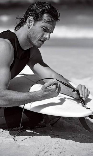 Rodrigo prepara a prancha para encarar o mar Terceiro / Divulgação / Christian Gaul