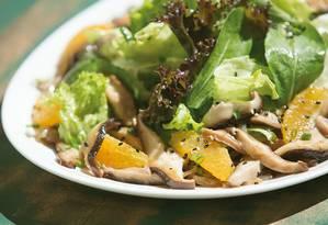 Salada. A chef Carol Caldas tem preferência pelo shiitake Foto: Leo Martins / Agência O Globo