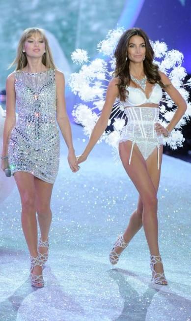 No show de 2013, ao lado da amiga Taylor Swift Jamie McCarthy / AFP