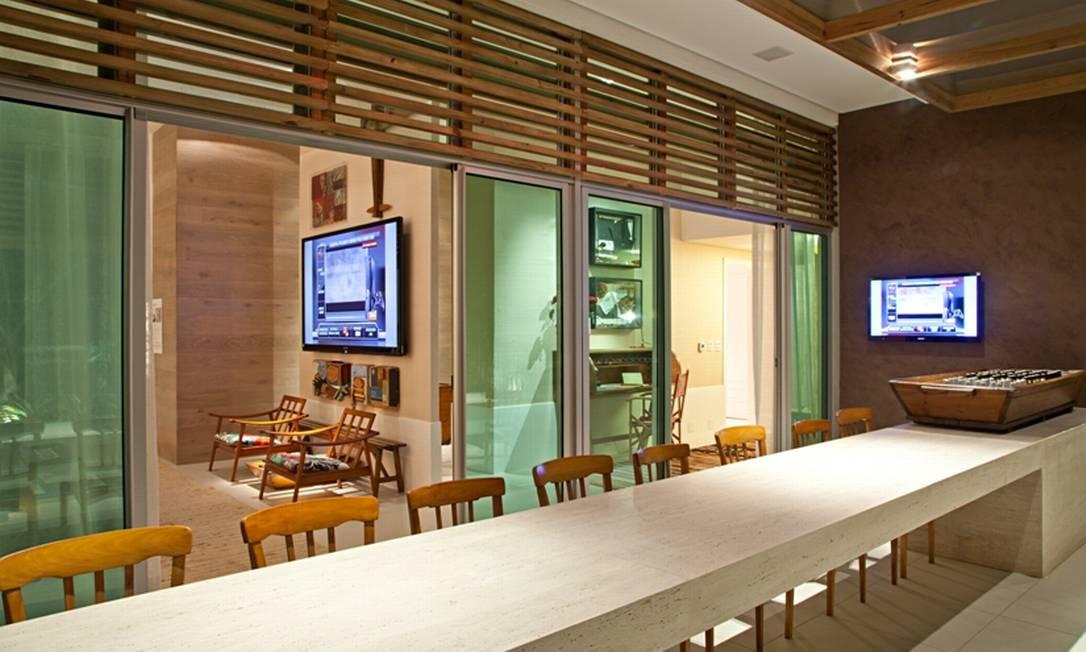 Na cobertura projetada por Marcelo Nóbrega, inspirada nos roof tops nova-iorquinos,a tv é um dos objetos-chave Divulgação/Rodrigo Azevedo