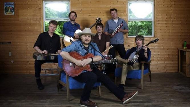 Jeff Tweedy (ao centro): canções dão lastro à mais nova aventura do Wilco Foto: Divulgação/Zoran Orlic / Divulgação/Zoran Orli
