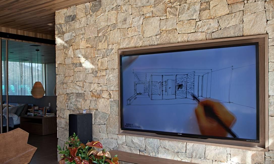 Outro ângulo do espaço criado por Duda Porto para a casa de fim de semana. A televisão funciona a partir da energia solar captada pelo sistema inteligente e autossustentável do projeto Divulgação/Rodrigo Azevedo