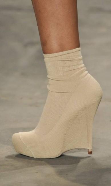 No detalhe, a ankle boot usada pelas modelos, envolta em tecido como se fosse uma pele Marcelo Soubhia / Fotosite