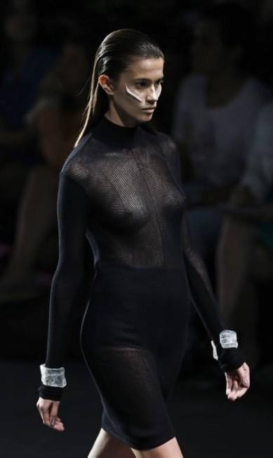 O preto, cor ícone da marca, também esteve presente no desfile Felipe Dana / AP