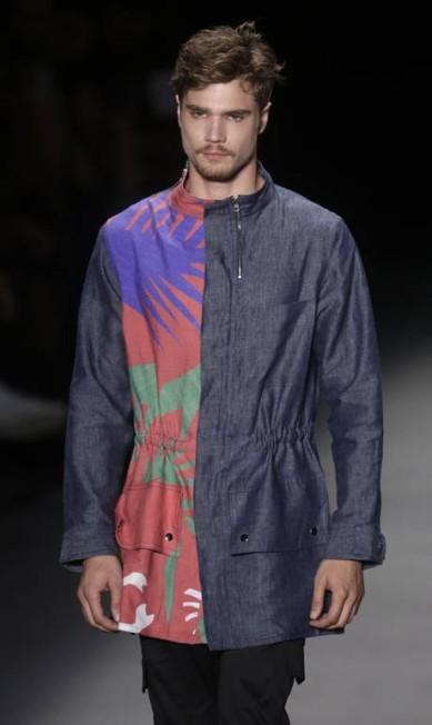 Estampa tropical contrasta com metade lisa do casaco acinturado Pilar Olivares / REUTERS