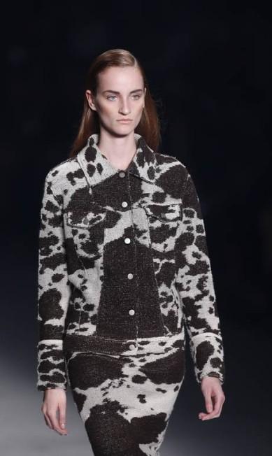 O uso do tricô marcou a coleção, aparecendo tanto liso quanto estampado. Neste, a pele de vaca serviu de base Alexandre Cassiano / Agência O Globo